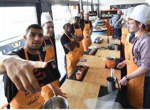 Le Groupe d'aucy met en scène le FC Lorient et le RC Vannes dans un défi culinaire