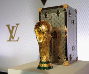 Finale France – Croatie : Natalia Vodianova et Philipp Lahm présentent le trophée de la Coupe du Monde  2018 dans sa malle Louis Vuitton