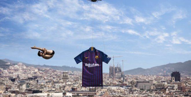 Le FC Barcelone et Nike dévoilent le nouveau maillot domicile 2018-2019 à la piscine Montjuic à l'aide d'un drone