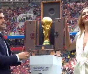 Natalia Vodianova et Iker Casillas dévoilent le Trophée de la Coupe du Monde 2018 dans sa malle Louis Vuitton