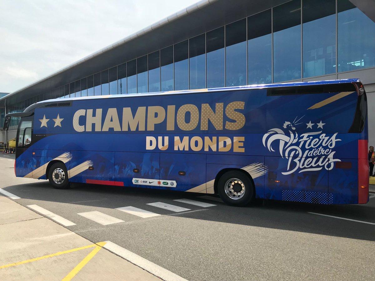 coupe du monde 2018 a quoi ressemblera le bus des bleus pour le d fil officiel sur les champs. Black Bedroom Furniture Sets. Home Design Ideas