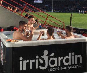 Fan Experience – Un SPA-jaccuzi installé en bord pelouse pour le match Stade-Toulousain – LOU Rugby