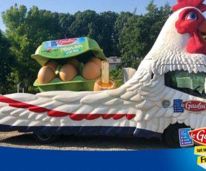 Un défilé de «pouletrucks» Le Gaulois dans la caravane publicitaire du Tour de France 2019