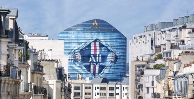 PSG – Accor (ALL) célèbre son partenariat en grand avec un covering géant de son siège social