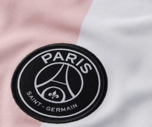 Le PSG dévoile son nouveau maillot extérieur rose-blanc-noir conçu par Nike pour la saison 2021-2022